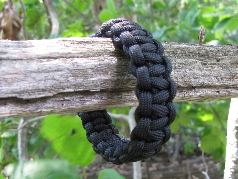 Paracord mark your position in the wood