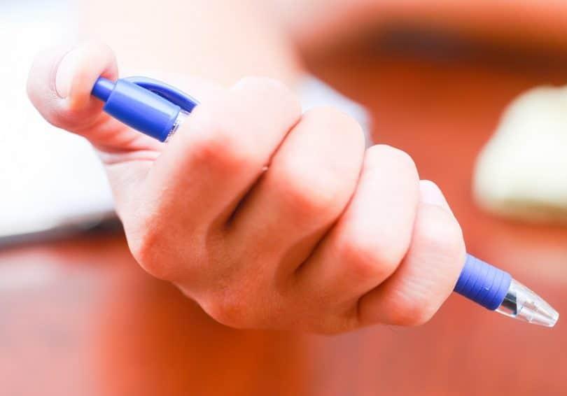 Retractable pen gun