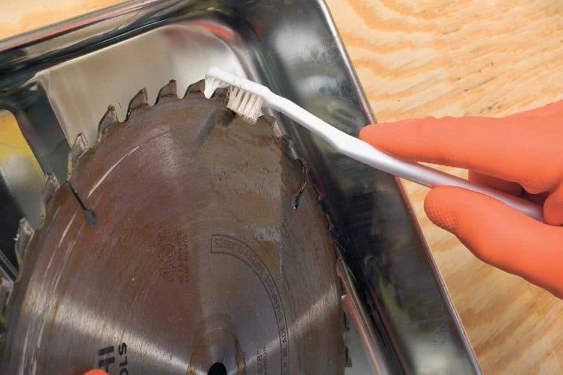 Circular saw blade cleaning